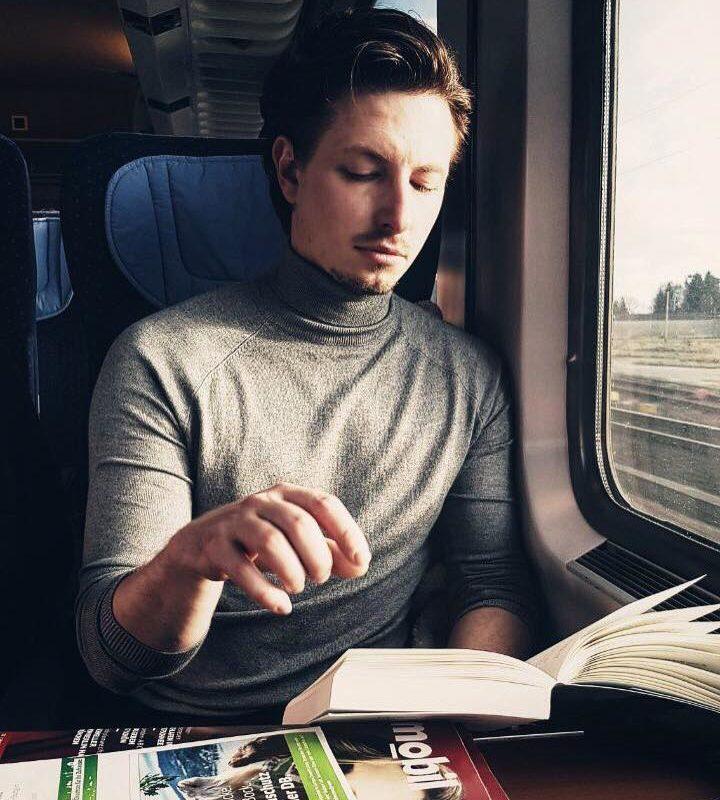 Auf dem Weg zurück in die Realität. Heute Hamburg, morgen München. Buch lesen # früh ...