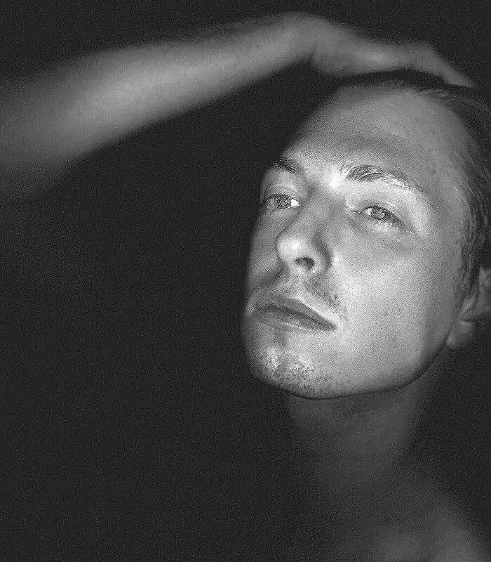 Ich bin kein Fremder in der Dunkelheit. #blackandwhite #portrait #portraitfotografie ...