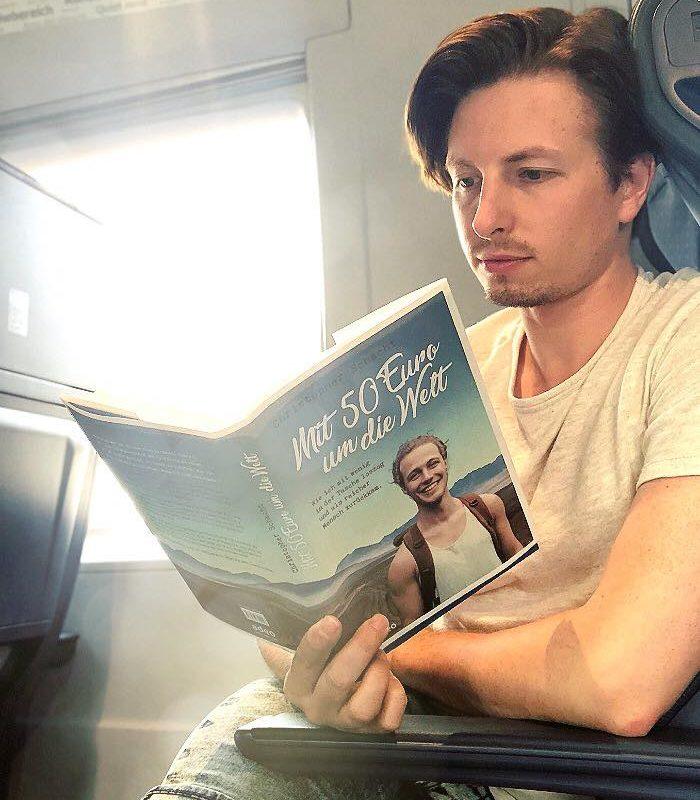 Im Zug auf dem Weg nach Hause! Habe dieses neue Buch angefangen! Ich liebe es! S ...